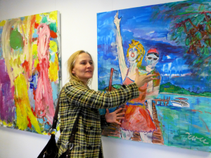 April 2015: Ausstellung von großformatigen Acryl-Gemäldender Künstlerin Laura Ertl bei Pinter Guss in Deggendorf