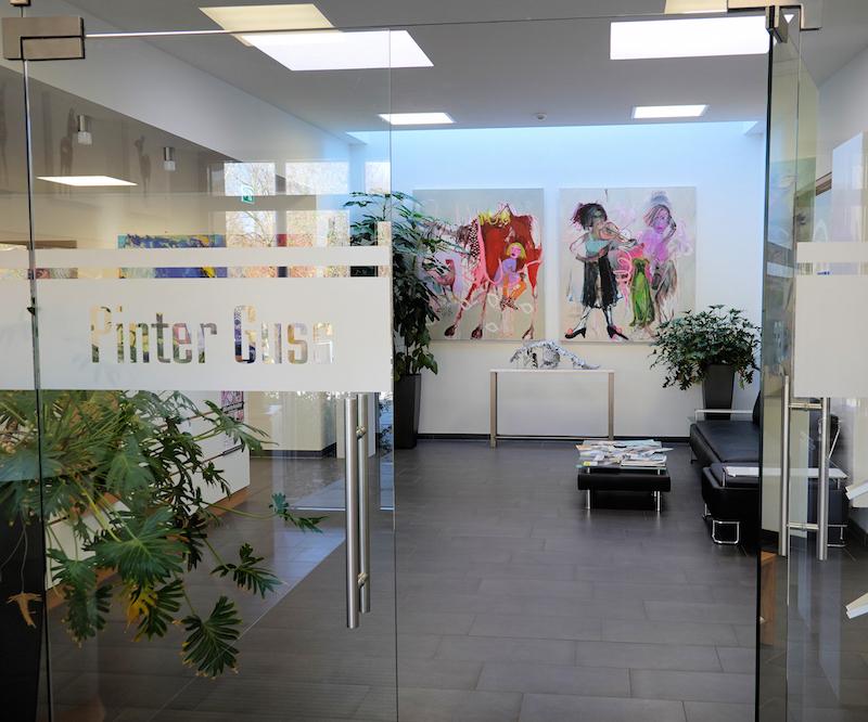Die Gemälde der Ausstellung *Jaru und die WeibsBilder* wandern vom Kapuzinerstadl in die Verwaltung der Firma Pinter Guss GmbH in Deggendorf und sind dort nach telefonischer Rücksprache mit Frau Sabine Stoiber bis Ende Februar 2019 zu besichtigen.