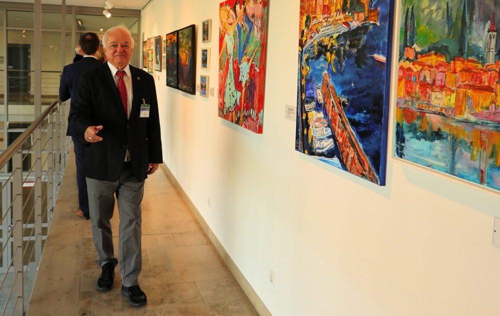 01. Oktober 2019: Jaru folgte mit seiner Familie einer Einladung der Krones AG in Neutraubling bei Regensburg, wo er im Krones Museum 34 seiner Werke ausstellt.